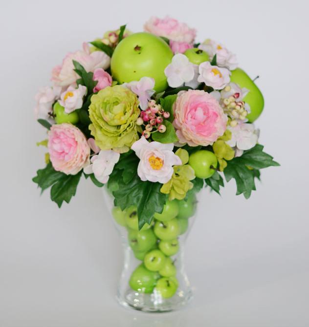 Настольная композиция с зелёными яблоками