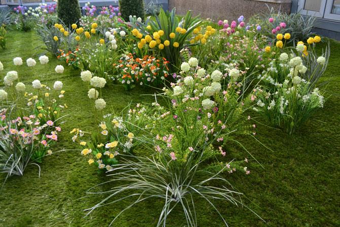 Искусственные цветы и газон