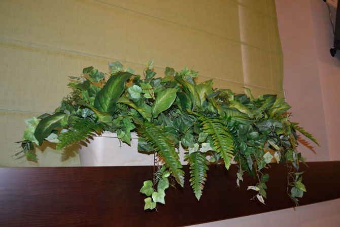Клумба из искусственных цветов и растений