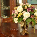 Искусственные цветы в интерьере коттеджа