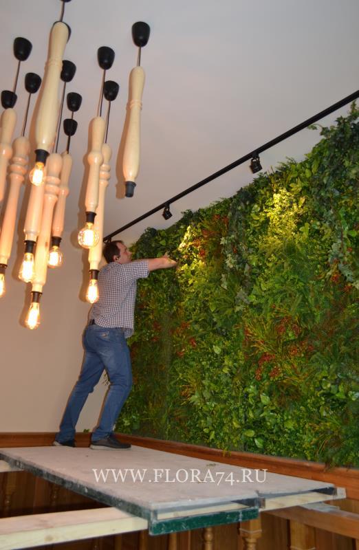 Вертикальное озеленение искусственными цветами.