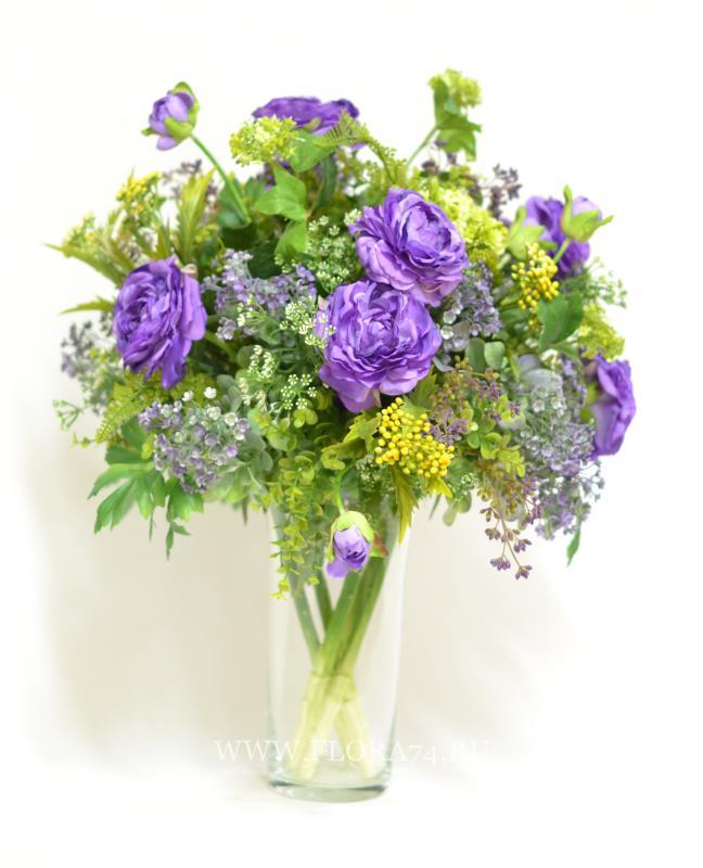Садовый букет в стеклянной вазе с лютиками