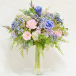 Букет в стекле с эустомой и садовыми цветами.