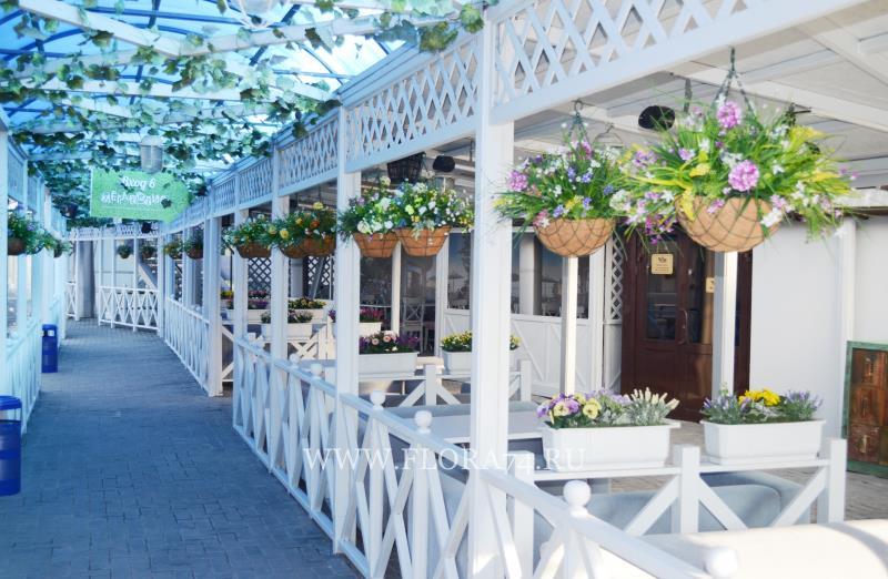 Флористический декор кафе.