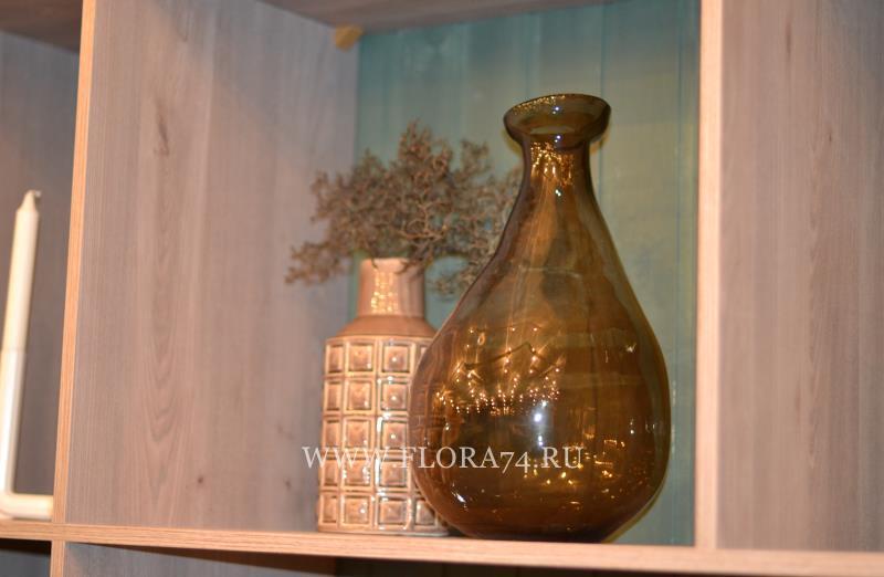 Стеклянные вазы.