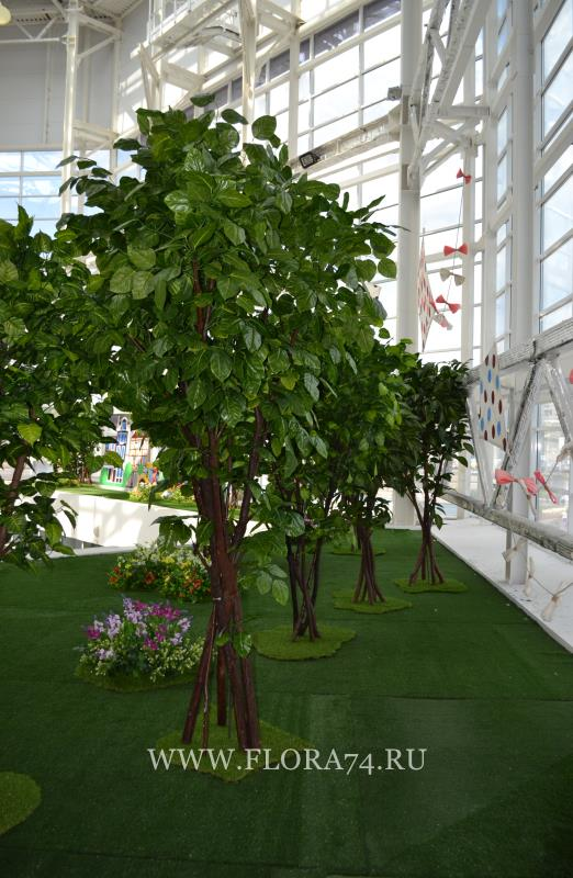Искусственные цветы и деревья.