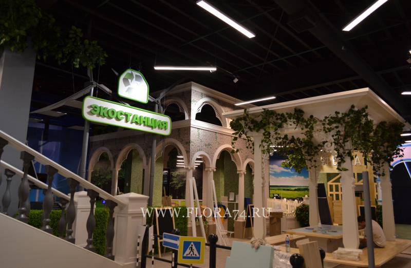 Озеленение искусственными растениями.