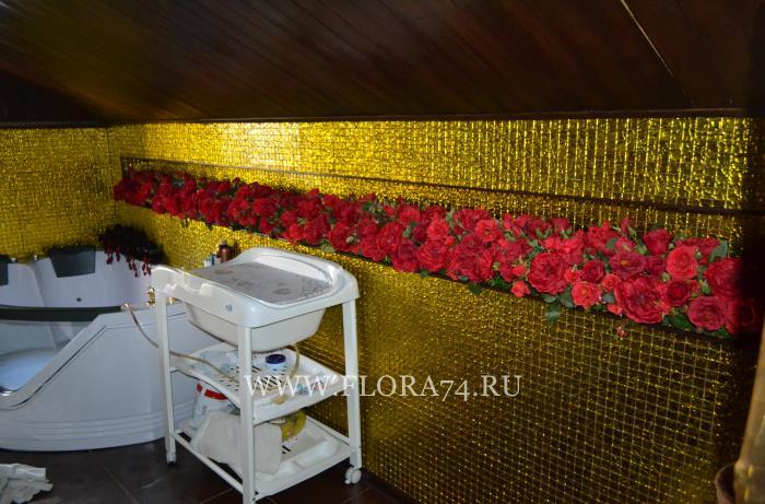 Красные искусственные розы.