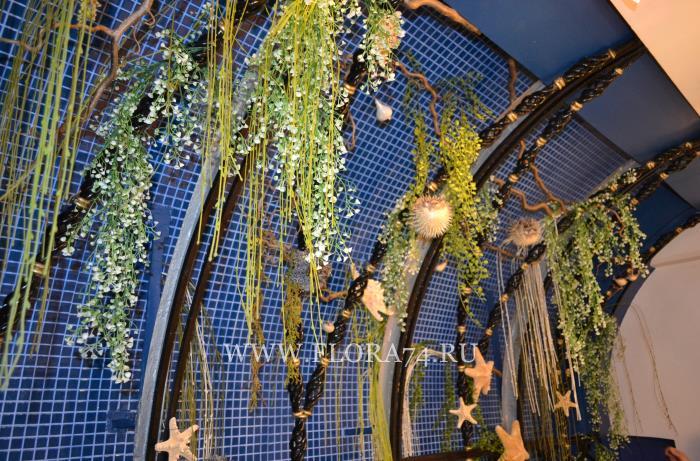 Искусственные растения для декора.