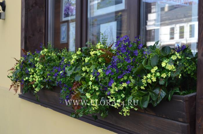 Искусственные растения на улице.