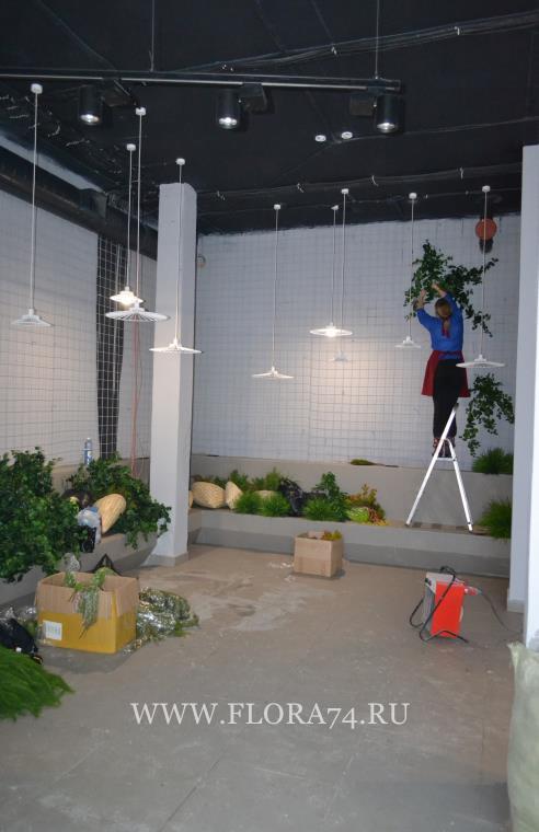 Декор стены растениями.