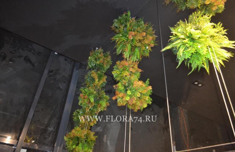 Искусственные растения на зеркалах.