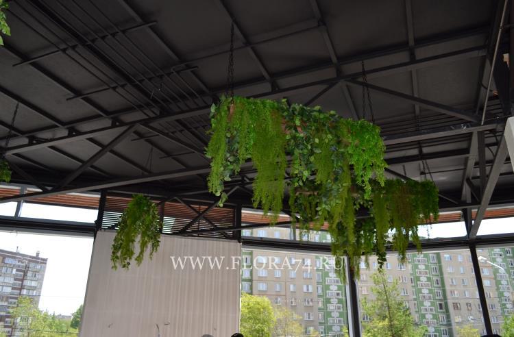 Деревянные кашпо с искусственными растениями.