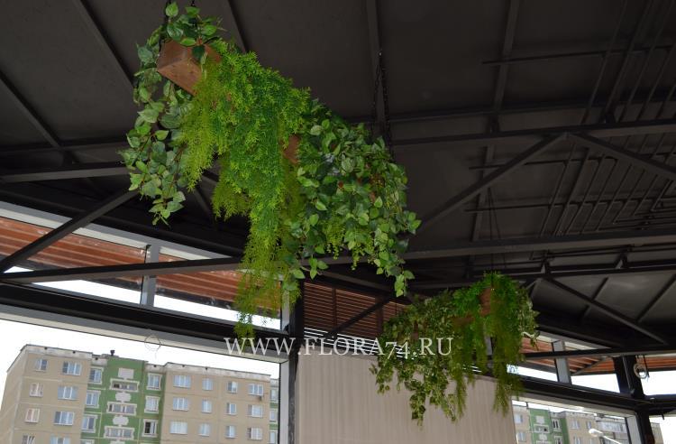 Каскадные искусственные растения.
